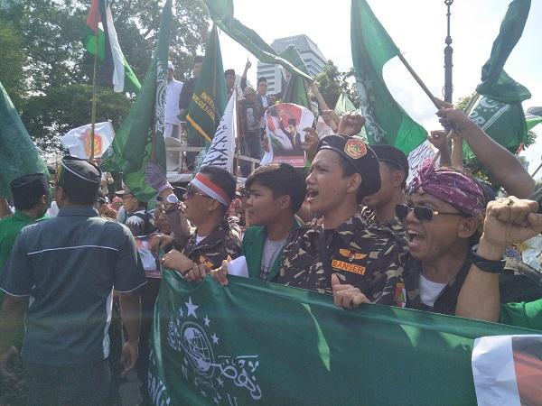 https: img-o.okeinfo.net content 2017 12 08 338 1827387 demo-soal-pengakuan-yarusalem-massa-minta-dubes-as-diusir-dari-indonesia-z3OLBEu6WV.jpeg