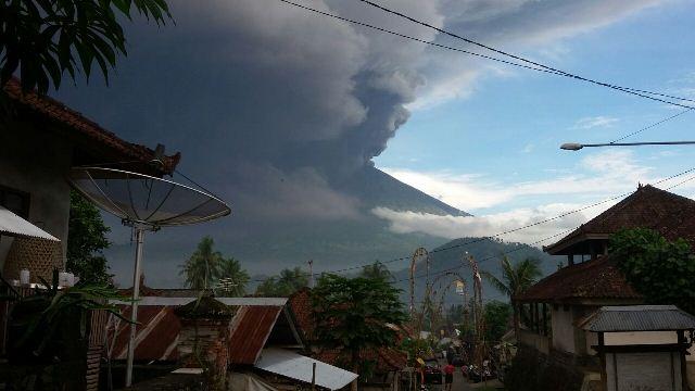 https: img-o.okeinfo.net content 2017 12 08 340 1827213 abu-vulkanik-gunung-agung-hujani-karangasem-warga-diminta-pakai-masker-mVognEqkAd.jpeg