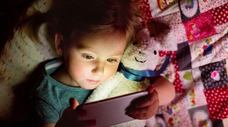 https: img-o.okeinfo.net content 2017 12 12 481 1828929 anak-main-smartphone-sebelum-tidur-tingkatkan-risiko-obesitas-kPNhKyaP3k.jpg