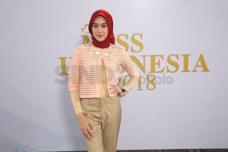 https: img-o.okeinfo.net content 2017 12 17 194 1831841 meski-berhijab-raudha-kasmir-optimistis-lolos-audisi-miss-indonesia-2018-AaKBDK4oto.jpg