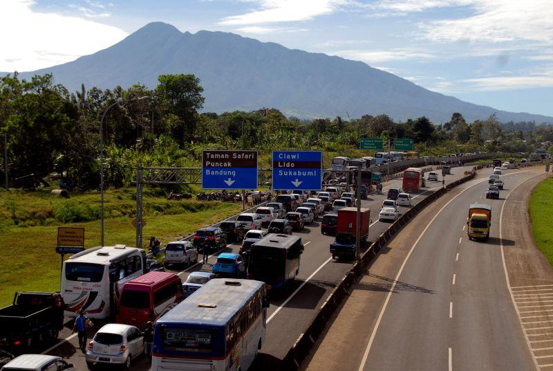 https: img-o.okeinfo.net content 2017 12 29 337 1837255 buku-pelajaran-berisi-konten-lgbt-car-free-night-di-puncak-dan-paramore-konser-di-indonesia-AyMsBHs24q.jpg