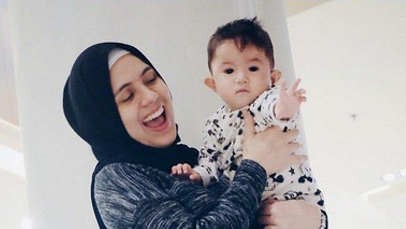 https: img-o.okeinfo.net content 2018 01 10 33 1842734 hamil-7-bulan-nycta-gina-lakukan-foto-maternity-bersama-rizky-kinos-TqKbYDYG23.jpg