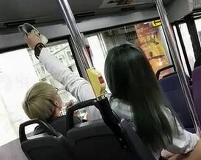 https: img-o.okeinfo.net content 2018 01 13 18 1844570 perempuan-singapura-dikecam-karena-gantung-sepatu-basah-dan-bau-saat-naik-bus-umum-xLJOs54sZc.jpg