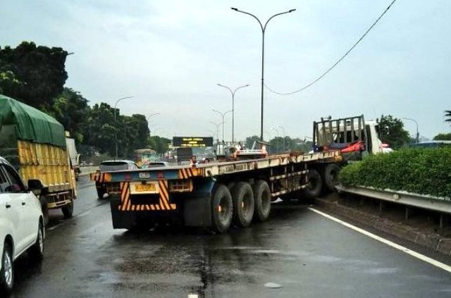 https: img-o.okeinfo.net content 2018 01 13 338 1844429 truk-trailer-tabrak-pembatas-jalan-tol-pondok-indah-sopir-terluka-jMG8rleBAi.jpg