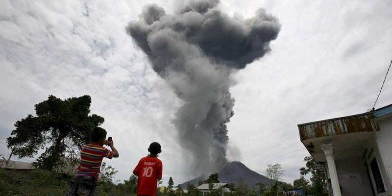 https: img-o.okeinfo.net content 2018 01 15 340 1845131 erupsi-2-kali-gunung-sinabung-semburkan-abu-vulkanis-2-800-meter-PJXHI6jqxV.jpg