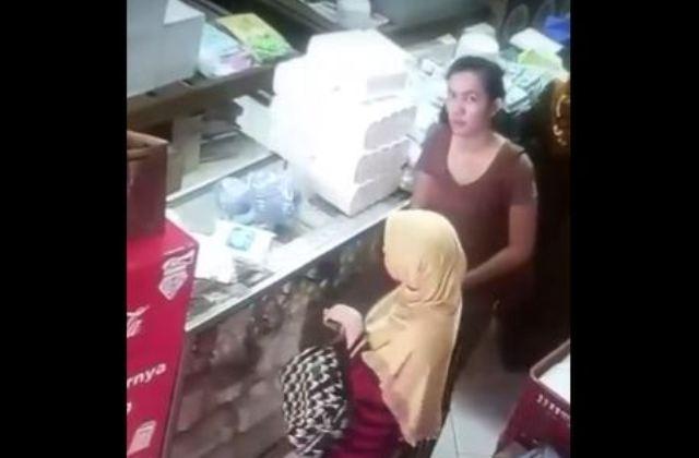 https: img-o.okeinfo.net content 2018 01 15 512 1845230 2-wanita-terekam-cctv-mencuri-si-pemilik-toko-ogah-bawa-ke-polisi-miPzDwCjrZ.JPG