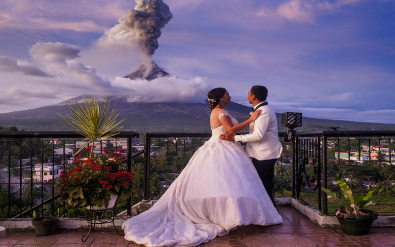 https: img-o.okeinfo.net content 2018 01 29 196 1851576 letusan-gunung-mayon-jadi-latar-belakang-foto-pernikahan-yang-menakjubkan-fU6GFbRGvM.jpg
