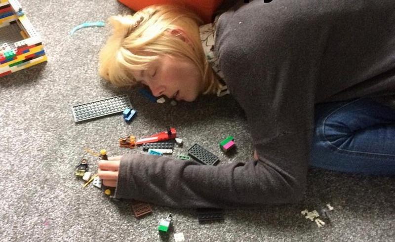 https: img-o.okeinfo.net content 2018 02 02 196 1853661 saking-lelahnya-ibu-ini-sampai-tertidur-di-atas-mainan-anaknya-wGYgSyNXzd.jpg