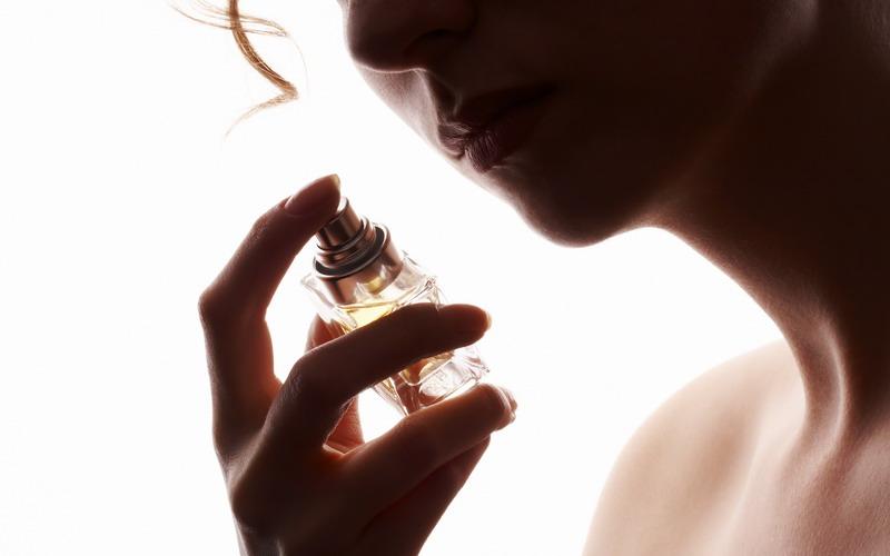 https: img-o.okeinfo.net content 2018 02 06 194 1855626 ingin-hadiahkan-parfum-untuk-orang-terkasih-perhatikan-dulu-aturannya-wARX04FapA.jpg
