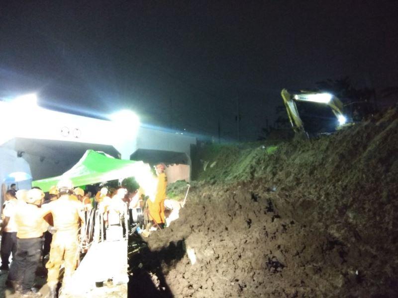 Petugas berusaha mengevakuasi korban longsor underpass bandara Soetta. Foto Okezone