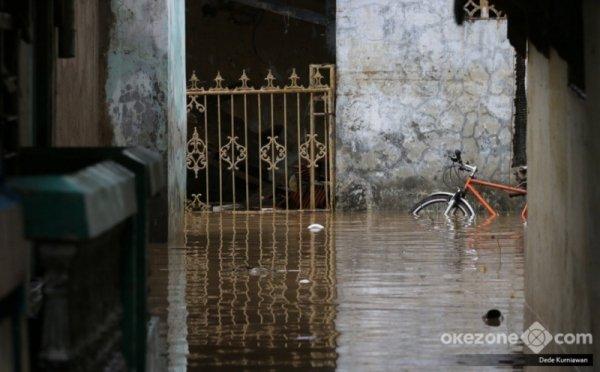 https: img-o.okeinfo.net content 2018 02 07 338 1855856 tujuh-permukiman-di-bekasi-banjir-puluhan-warga-diungsikan-zM9yvEehWN.jpg