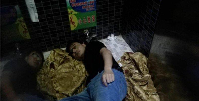 https: img-o.okeinfo.net content 2018 02 11 18 1858000 pungut-ponselnya-lengan-pria-di-china-tersangkut-lubang-toilet-md7EEdZtSS.jpeg