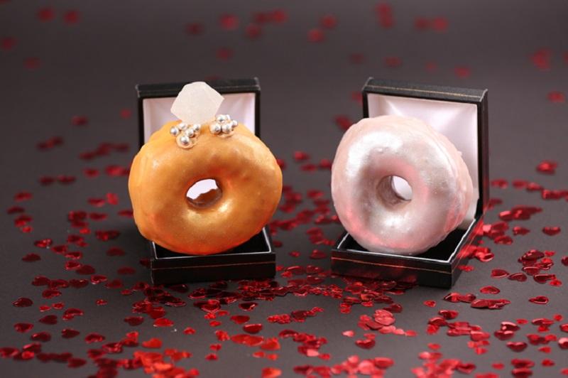 https: img-o.okeinfo.net content 2018 02 12 298 1858420 sambut-valentine-toko-ini-hadirkan-donat-berbentuk-cincin-QEPjxhyMNj.jpg