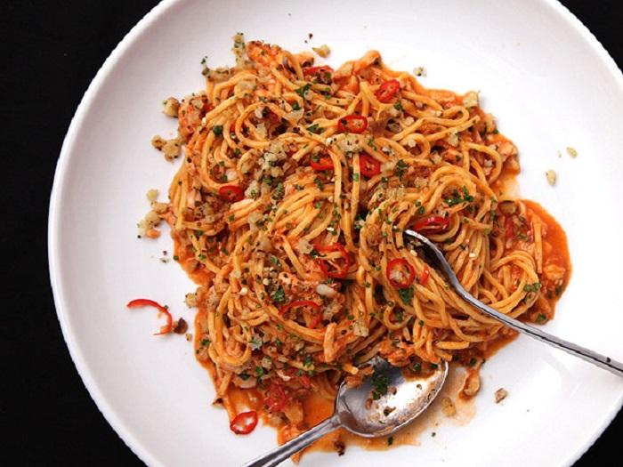 https: img-o.okeinfo.net content 2018 02 13 298 1859002 lezatnya-makan-malam-dengan-olahan-spaghetti-siram-kepiting-dan-kepiting-balut-kulit-tahu-sduma4x3u8.jpg