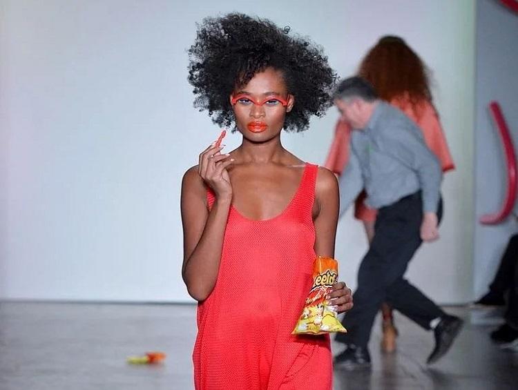 https: img-o.okeinfo.net content 2018 02 13 298 1859026 kudapan-ringan-cheetos-hiasi-panggung-runway-new-york-fashion-week-vRfL7HUeEW.jpg