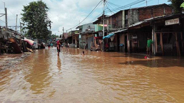 https: img-o.okeinfo.net content 2018 02 13 338 1859158 sudah-10-hari-desa-di-kabupaten-bekasi-masih-terendam-banjir-TPBiCMft1A.jpg