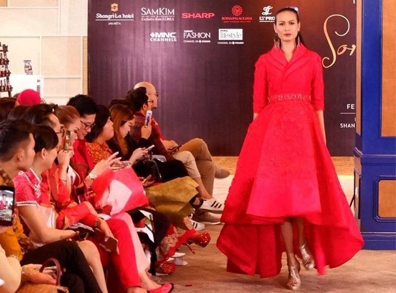 https: img-o.okeinfo.net content 2018 02 14 194 1859636 desainer-yongki-budisutisna-dan-rudy-chandra-ramaikan-sorella-luna-mnc-fashion-C0pWRpYFns.jpg