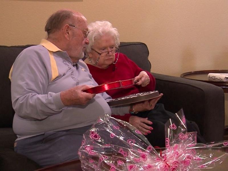 https: img-o.okeinfo.net content 2018 02 14 196 1859425 seorang-kakek-terus-berikan-kado-valentine-selama-39-tahun-untuk-istrinya-yang-kini-demensia-hXUxTqVQn9.jpg