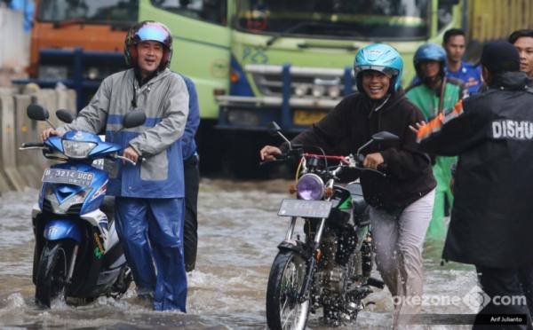 https: img-o.okeinfo.net content 2018 02 15 338 1860367 masih-ada-senyum-di-wajah-pengendara-yang-motornya-mogok-akibat-terobos-banjir-kelapa-gading-h6Y3QwgOEN.jpg