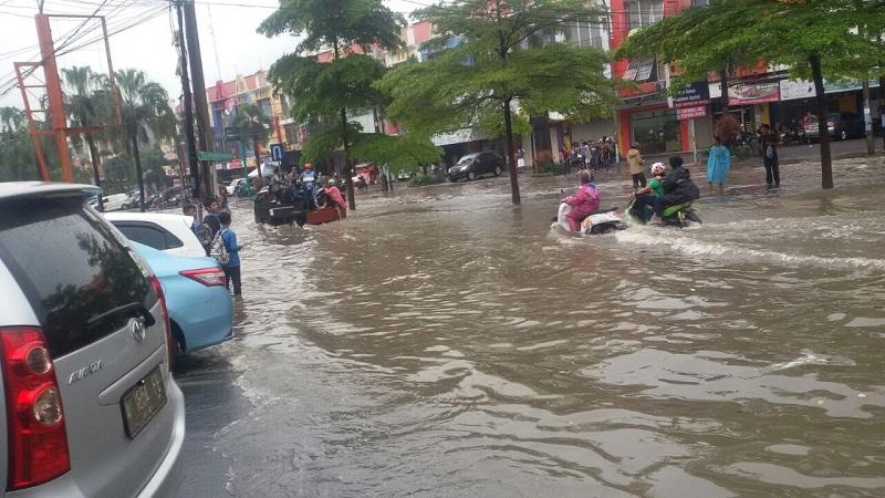 https: img-o.okeinfo.net content 2018 02 16 338 1860371 perbatasan-kota-dan-kabupaten-bekasi-terendam-banjir-0nzcryyfrm.jpg