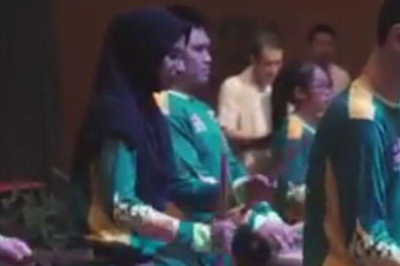 https: img-o.okeinfo.net content 2018 02 18 18 1861177 gadis-berhijab-ikut-rombongan-barongsai-warganet-malaysia-tersentuh-SFqXpgUxix.jpg