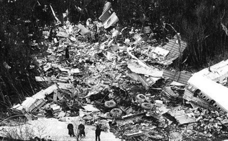 Pesawat milik maskapai BOAC itu tercerai-berai di udara dan jatuh ke kaki Gunung Fuji (Foto: Air Journal)