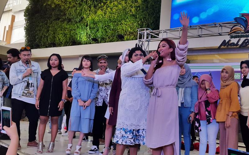 https: img-o.okeinfo.net content 2018 03 04 598 1867579 meet-greet-top-7-indonesian-idol-hebohkan-pengunjung-mall-di-bekasi-D7WKXVv2Z7.jpg