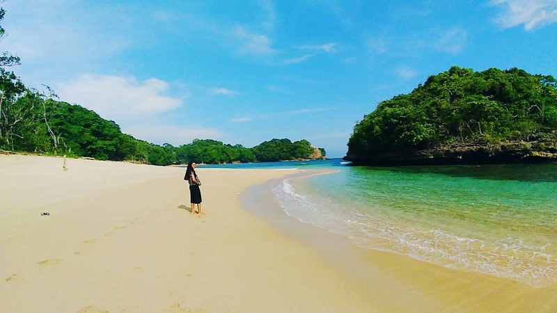 https: img-o.okeinfo.net content 2018 03 07 406 1869384 menjelajah-pantai-kedung-celeng-di-malang-yang-belum-banyak-dijamah-JE287jsKKp.jpg