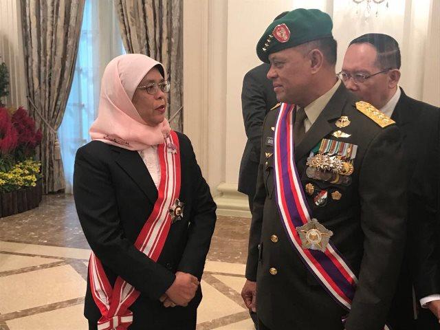 Jenderal Gatot Nurmantyo berbicara dengan Presiden Singapura Halimah Yacob. Foto Twitter