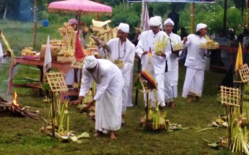 https: img-o.okeinfo.net content 2018 03 11 512 1871047 upacara-melasti-ratusan-umat-hindu-padati-telaga-di-lereng-gunung-lawu-Dqomo0ILxr.jpg