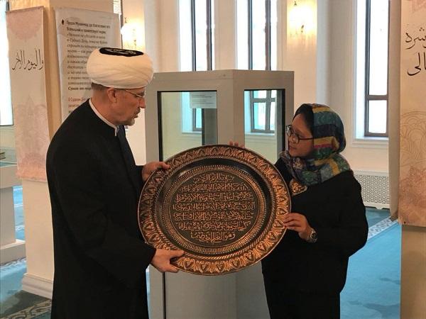 https: img-o.okeinfo.net content 2018 03 12 18 1871721 kunjungi-masjid-agung-moskow-menlu-retno-serahkan-kaligrafi-buatan-boyolali-1Oam5zZVUx.jpg