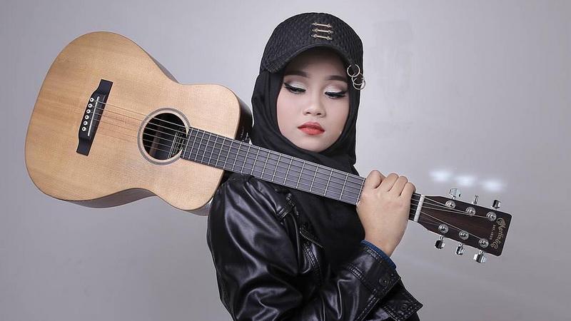 https: img-o.okeinfo.net content 2018 03 13 598 1872154 mahir-main-piano-hingga-ukulele-bukti-ayu-putri-jadi-finalis-serbabisa-di-indonesian-idol-A9YTyFb5qe.jpg