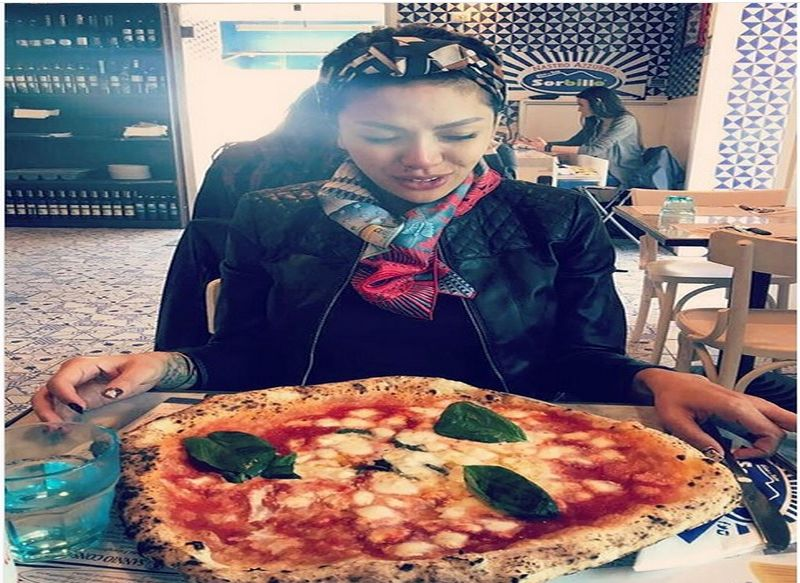 https: img-o.okeinfo.net content 2018 03 15 298 1873338 5-momen-nikita-mirzani-bersama-makanan-kesukaan-pizzanya-gede-banget-RWe6fYmRzQ.jpg