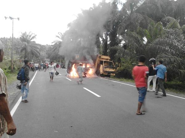 https: img-o.okeinfo.net content 2018 03 17 340 1874293 tabrakan-truk-dan-minibus-seorang-sopir-tewas-terbakar-sMfZa0oN9T.jpg