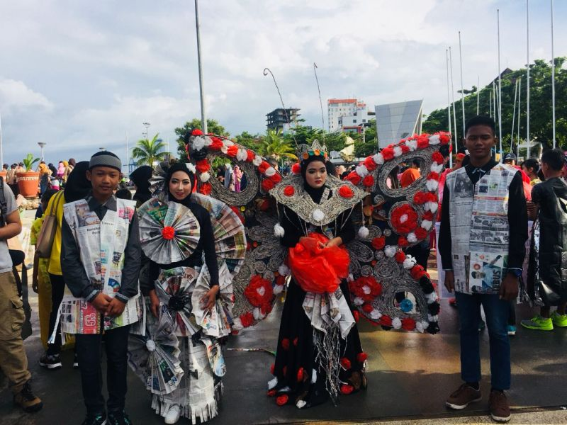 https: img-o.okeinfo.net content 2018 03 18 340 1874466 peringatan-hpsn-di-makassar-dihiasi-kostum-dari-sampah-6TnXxIoHf4.jpg