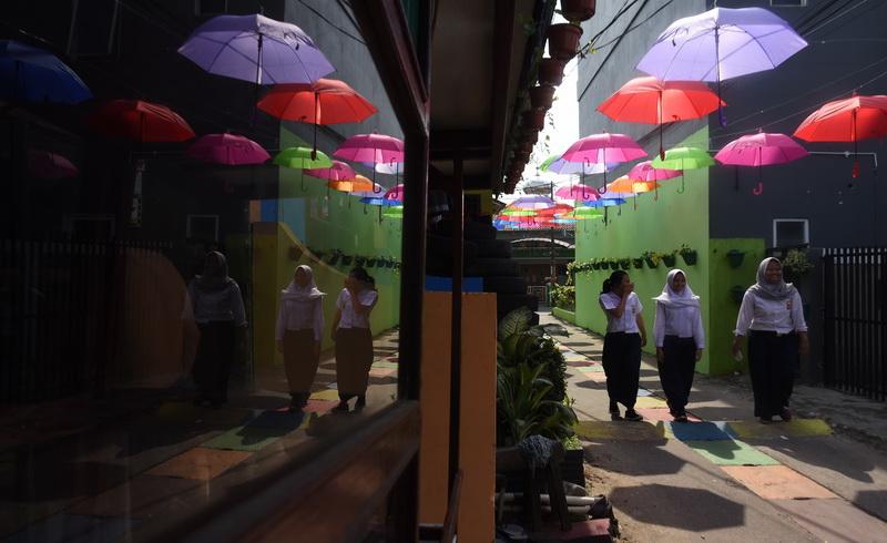 https: img-o.okeinfo.net content 2018 03 20 406 1875534 seribuan-payung-warna-warni-dan-robot-kuntilanak-sambut-hari-tanpa-bayangan-YD5Umfs6f1.jpg