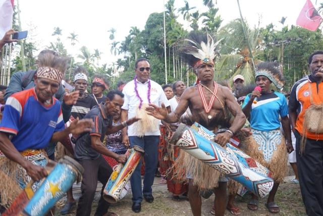 Cawagub Papua Habel Melkias mendapat sambutan dari warga Kabupaten Serui. Foto Okezone