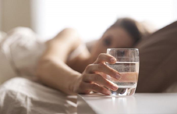 https: img-o.okeinfo.net content 2018 03 30 481 1880031 10-alasan-pentingnya-minum-air-putih-sebelum-sikat-gigi-di-pagi-hari-b73U8Ml3Sr.jpg