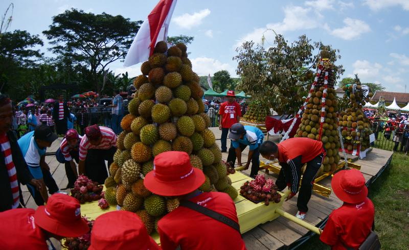 https: img-o.okeinfo.net content 2018 04 01 406 1880534 sedekah-bumi-4-ribu-buah-durian-dibagikan-gratis-di-jember-roxNpcmYx4.jpg