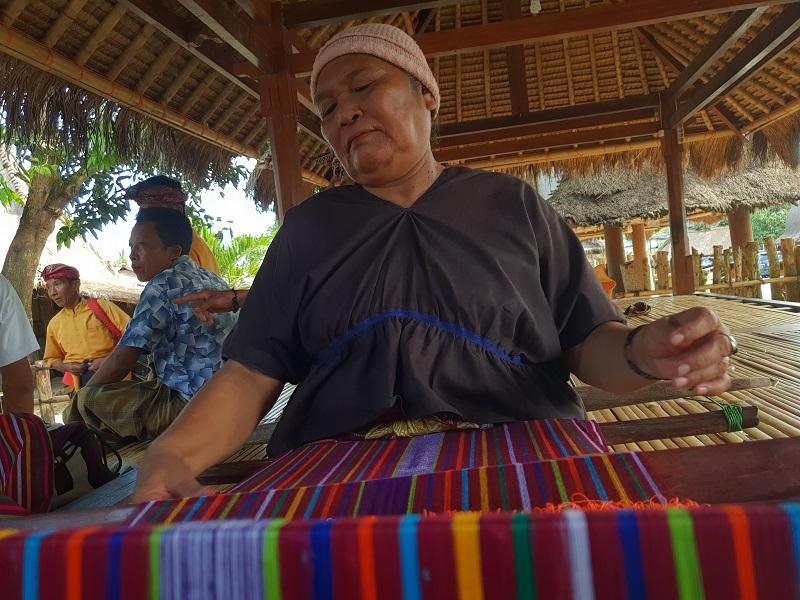 https: img-o.okeinfo.net content 2018 04 06 194 1883220 mengintip-pembuatan-warna-warni-tenun-songket-subahnale-khas-lombok-JUzALU6Pq4.jpg