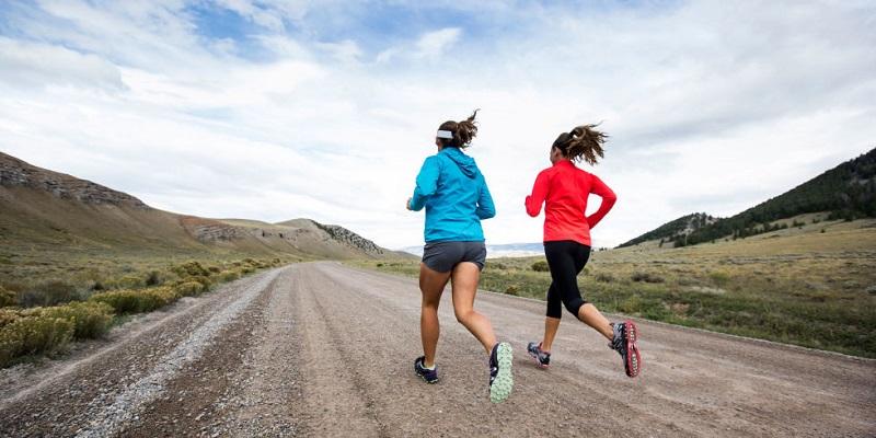 https: img-o.okeinfo.net content 2018 04 06 481 1883084 tips-memilih-atribut-untuk-olahraga-lari-biar-tidak-cedera-LkJ27vmzpv.jpg