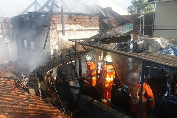 https: img-o.okeinfo.net content 2018 04 12 340 1885632 8-rumah-warga-di-banjarbaru-ludes-terbakar-diduga-akibat-korsleting-listrik-rjcrV4mxPC.jpg