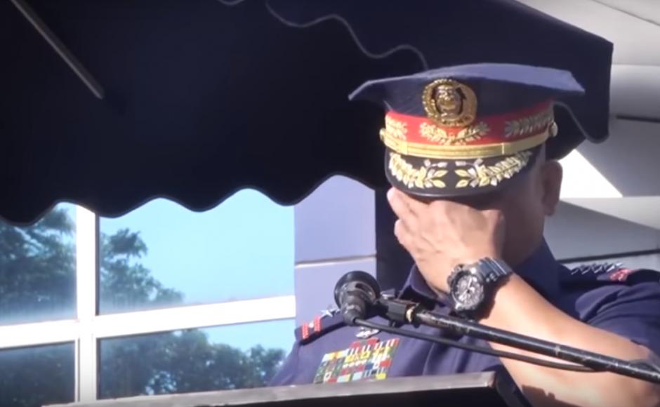 https: img-o.okeinfo.net content 2018 04 16 18 1887175 pensiun-kepala-kepolisian-filipina-berurai-air-mata-saat-perpisahan-WCBTXejDAX.png