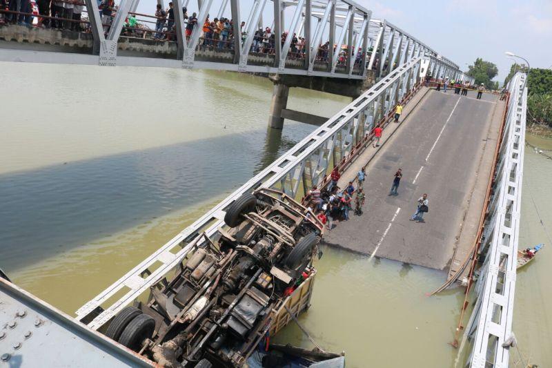 https: img-o.okeinfo.net content 2018 04 17 519 1887651 jembatan-babat-roboh-2-orang-supir-truk-masih-terjebak-QntL1YzBFX.jpg