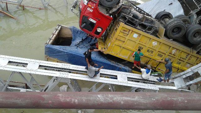 https: img-o.okeinfo.net content 2018 04 17 519 1887666 dua-sopir-truk-jadi-korban-tewas-robohnya-jembatan-babat-7NvloJq6pn.jpg