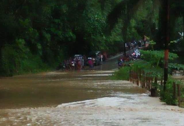 https: img-o.okeinfo.net content 2018 04 18 340 1888049 banjir-lumpuhkan-jalan-penghubung-bangko-kerinci-EVJOXddcGJ.jpg
