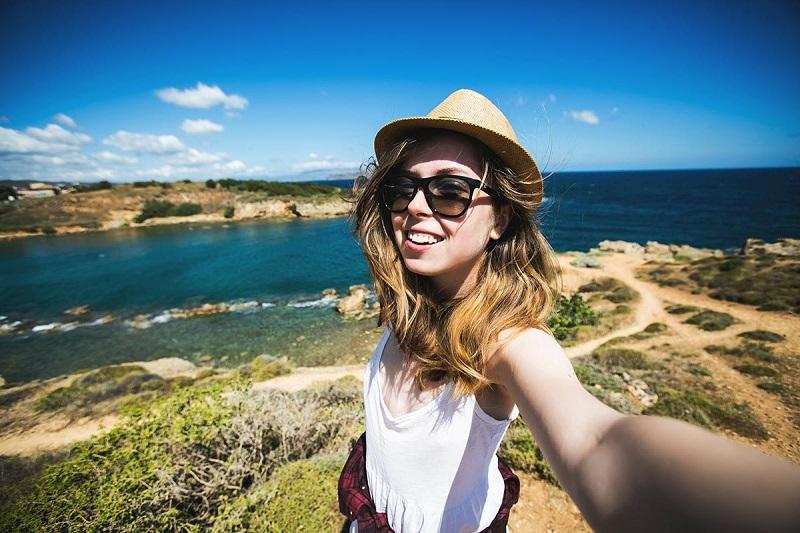 https: img-o.okeinfo.net content 2018 04 25 406 1891362 tren-wisata-selfie-di-alam-pengaruhi-inovasi-alat-alat-outdoor-di-tanah-air-e9FRapjxiB.jpg