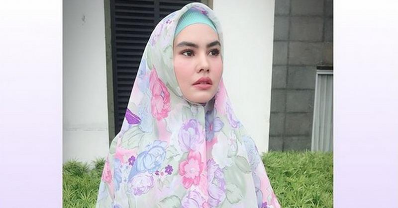 https: img-o.okeinfo.net content 2018 05 09 33 1896170 siap-jalani-ramadan-di-makkah-kartika-putri-percayakan-anak-ke-ibunda-cXZZDU7r5M.jpg
