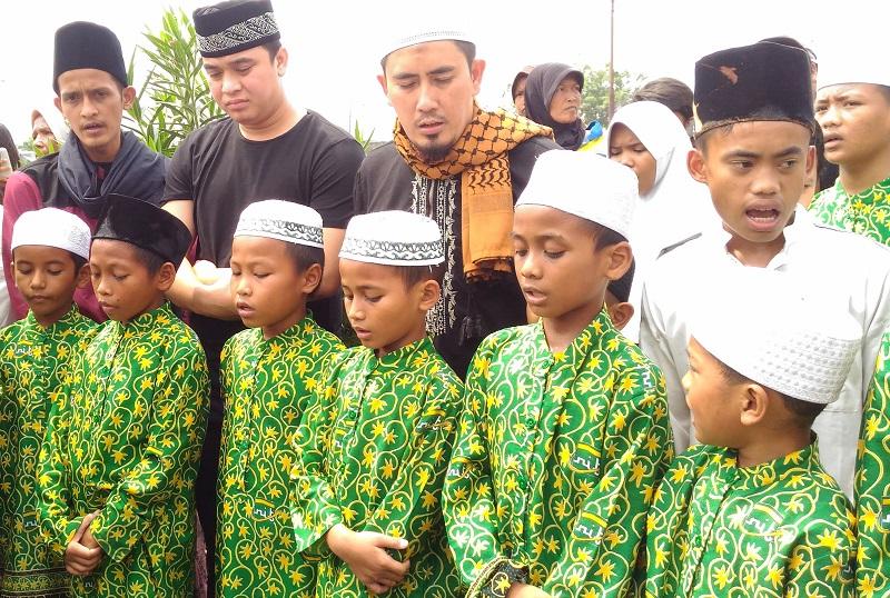 https: img-o.okeinfo.net content 2018 05 16 33 1899049 harapan-billy-syahputra-lewat-pengajian-bersama-anak-yatim-sebelum-ramadan-Sca4ac26aZ.jpg
