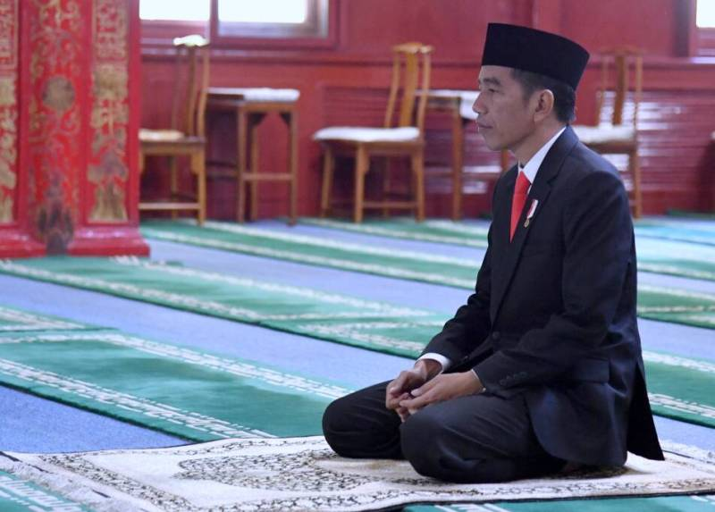 https: img-o.okeinfo.net content 2018 05 16 337 1899137 presiden-jokowi-salat-tarawih-pertama-di-masjid-istiqlal-g39HEpXC3z.jpg